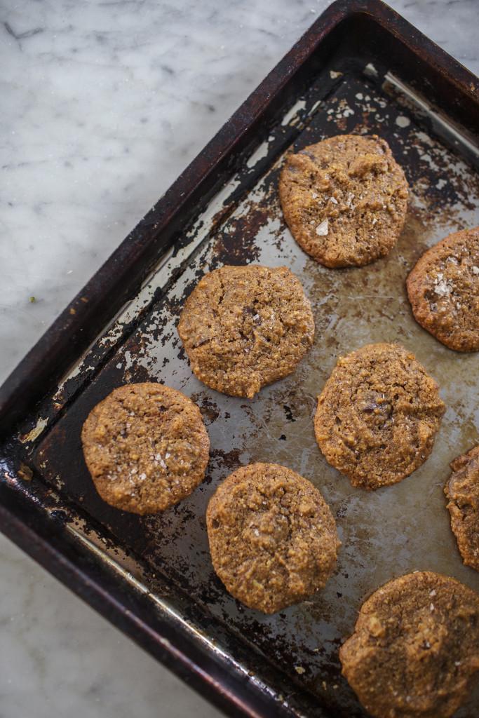 Flourless Pumpkin Cookie + Pumpkin Ice Cream Sandwiches via @simplyrealhealth (gluten-free)