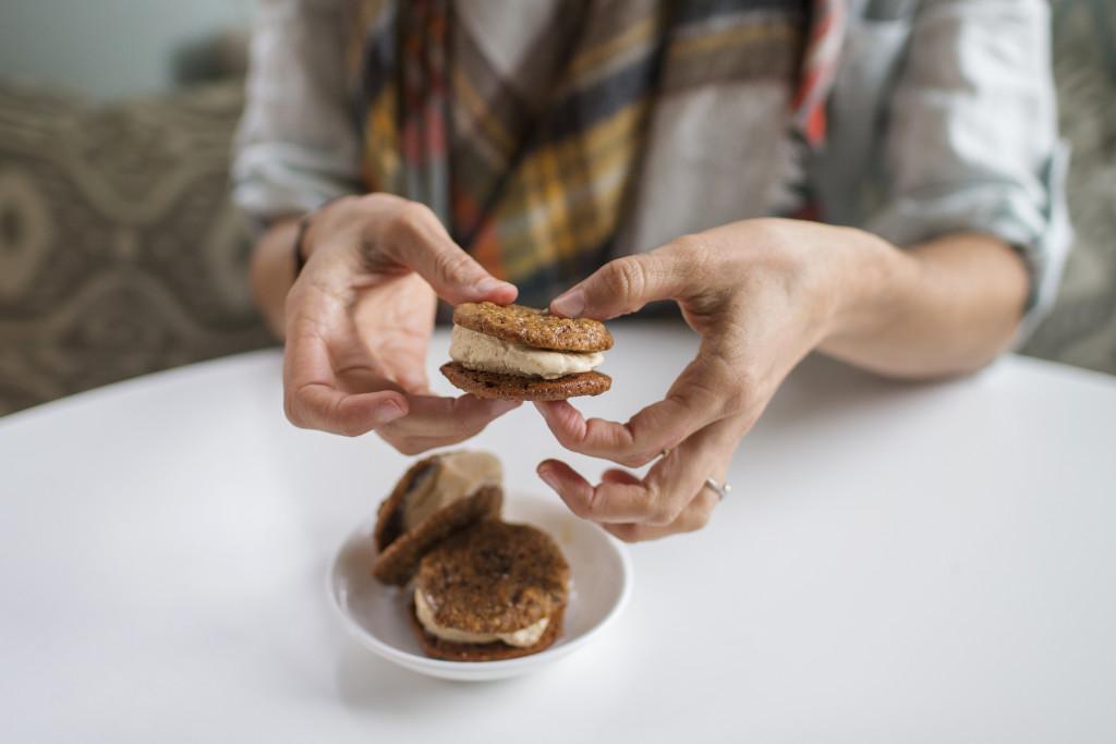 Flourless Pumpkin Cookies & Ice Cream Sandwiches via @simplyrealhealth (gluten-free)