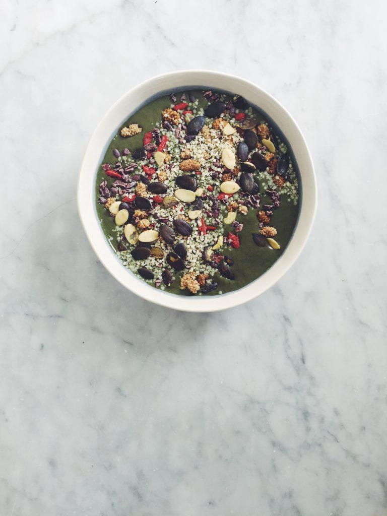 Green Smoothie Bowls (a easy how-to) via @simplyrealhealth